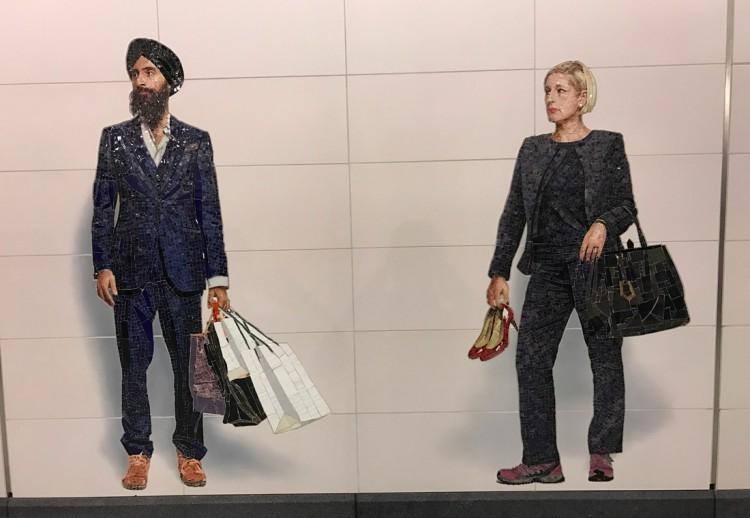 O designer e ator indiano ?? ?? e executiva com o sapato de salto alto na mão. (Foto: Marcelo Bernardes_