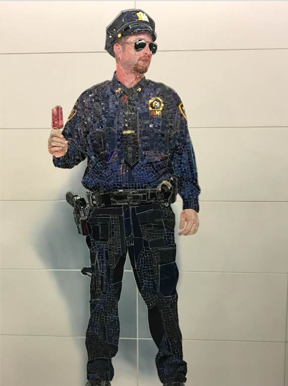 Detalhe do mosaico com o policial segurando picolé. (Foto: Marcelo Bernardes)