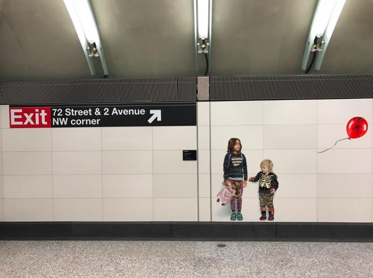 Antes de passarem pela catraca, usuários podem ver esse mural com crianças e balão no subsolo da estação da rua 72. (Foto: Marcelo Bernardes)