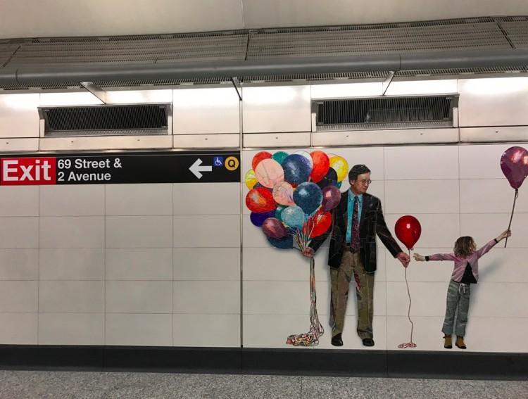 Já dentro da estação, mais um mural com balão . (Foto: Marcelo Bernardes)