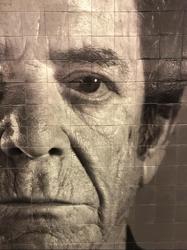 Detalhe do mural de Chuck Close feito em azulejo. (Foto: Marcelo Bernardes)