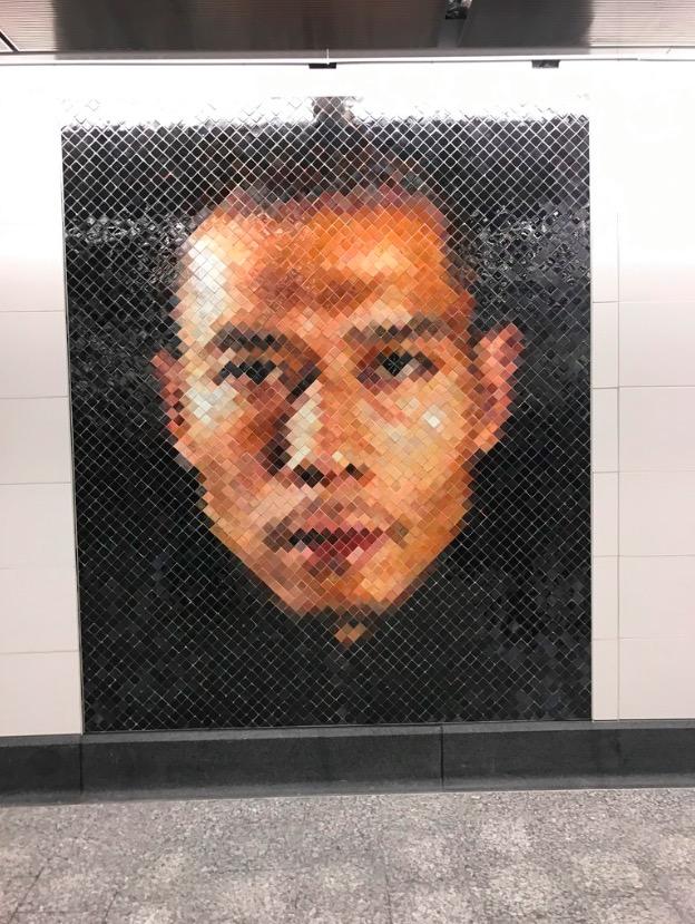 Mosaico do retrato do artista chinês Zhang Huan, feito por Close, fica ao lado das catracas da estação da rua 86. (Foto: Marcelo Bernardes)