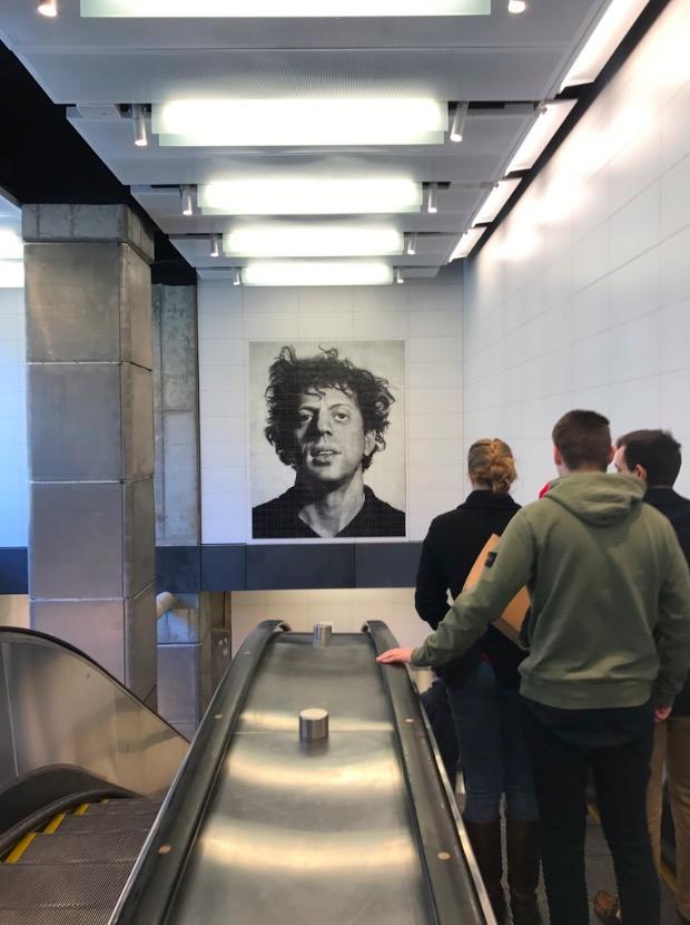 """O músico Philip Glass """"recepciona"""" os usuários da estação da rua 86. (Foto: Marcelo Bernardes)"""
